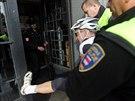Vzpouzející se protestující proti Zemanovi skončil na policejní služebně v...