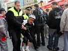 Pískajícího muže z náměstí Svobody odvedli strážníci.