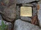Památkářům z Vysočiny se tyto drobné upomínky na mrtvé v chodnících před domy...