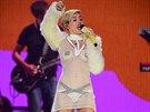 Kostýmy jako by Miley Cyrusová chtěla napodobit Lady Gagu. Hudebně ale zaostává.