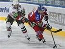 Tomáš Vincour (vlevo) z Kazaně se snaží zastavit průnik Ondřeje Němce z HC Lev...