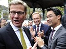 Německý ministr zahraničí Guido Westerwelle (v brýlích vlevo) žertuje s