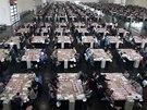 Dobrovolníci v sídle ústřední volební komise v Mnichově třídí hlasy zaslané