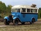 Autobus projíždí kolem ŘOPíku na hranicích první republiky.