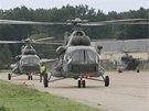 Transportní vrtulníky armády se rozloučily s letištěm v Bochoři přeletem nad...