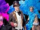 Jiří Langmajer hraje konferenciéra v kabaretu Moulin Rouge.