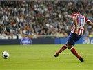 ATLÉTICO JDE DO VEDENÍ. Do brány Realu Madrid posílá míč Diego Costa.