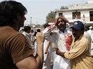 Oběti pumového útoku dvou sebevražedných atentátníků před kostelem v Péšávaru