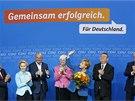 Kancléřka Angela Merkelová a členové její strany CDU-CSU oslavují po zveřejnění
