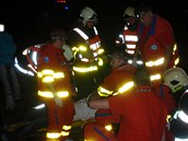Hasiči z havarovaného auta vyprosili dvacetiletého řidiče. Zraněni byli i další