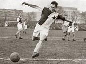 TYPICKÝ PEPI. Josef Bican (1913–2001) právě střílí jeden z tisíců svých gólů. Ještě na Letenské pláni, kde měla Slavia do roku 1945 svůj první stadion.