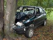 Škoda Felicia nakonec narazila do stromu, jejímu opilému řidiči se prakticky