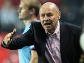 Miroslav Koubek, trenér fotbalové Slavie, koučuje svůj tým v derby proti Spartě.
