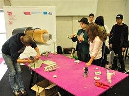 Studenti při práci s polypropylénem