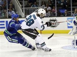 Brent Burns z týmu San Jose Sharks se sice protlačil k zakončení, brankář