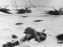 Voják spojenecké armády při vylodění na pláži Omaha v Normandii na ikonickém