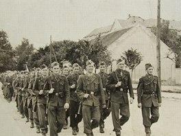 Voják Julián Slepecký na Slovensku před zatčením (první zleva).