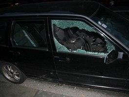 Majitel vozidla p�istihl zlod�je, kter� se mu pokou�el vykr�st auto.