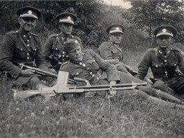 Snímek ze září 1938, na kterém je družstvo Stráže obrany státu v Mikulovicích
