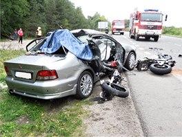 Spolujezdkyně z osobního auta a motorkář na místě zemřeli.