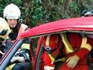 Zran�nou spolujezdkyni pom�hali vypro��ovat hasi�i.