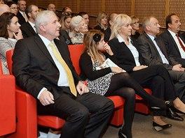 Premiér Jiří Rusnok si vzal sebou na cestu do USA i manželku (uprostřed první
