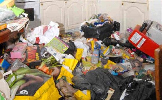 Policisté nalezli v domě Huttonové obrovské množství odpadků, mezi kterými...