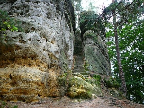 Skalní útvar Stohánek, na vrchol vedou schody vytesané do pískovce.