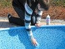 Očistěte stěny bazénu
