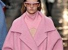 Klíčovým kouskem letošního podzimu je objemný kabát. Varianta v barvě jahodové...