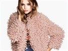 Levnější, ale stejně stylovou variantu nabízí H&M za 1 499 Kč. Světle růžový...
