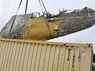 ��st bombard�ru Pe-2 je nakl�d�na do kontejneru
