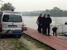 Policisté zasahují na místě, kde veslaři našli ve Vltavě část lidské nohy