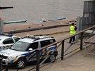 Policisté zasahují na místě, kde se našla ve Vltavě část lidské nohy (9.10.2013)
