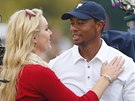 Tigeru Woodsovi gratuluje jeho přítelkyně Lindsey Vonnová. Právě on zajistil