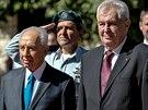Miloš Zeman po boku svého izraelského protějšku Šimona Perese přichází do...