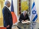 Miloš Zeman se podepisuje do návštěvní knihy v prezidentském paláci v...