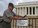 Richard Trott upevňuje ceduli oznamující uzavření Lincolnova památníku ve
