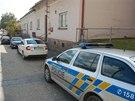 Policejní auta před budou pošty a obecního úřadu ve Skřipově na Opavsku, kde