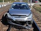 Řidič se zřejmě ještě snažil auto z kolejí vyprostit. Snaha to však byla marná.