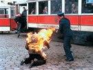 Kaskadér při natáčení filmu Hořící keř.