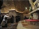 Papež se během své páteční návštěvy pomodlil i u hrobky svatého Františka z...