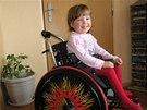 Janička se svým novým mechanickým vozíkem, který jí pomáhá v každodenním...