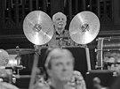 Cimrmanolog Petr Brukner si v operetě Proso zahrál na činely.