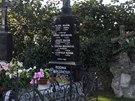 Pod velkým jasanem na hřbitově v Lošanech je pomník se jmény několika členů