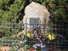 Památník věnovaný generálovi Josefu Mašínovi je u vchodu do rodinného statku od