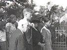 Synové generála Josefa Mašína přihlížejí v Lošanech v roce 1947 slavnosti, při