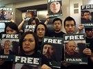 S fotografiemi zadržených aktivistů Greenpeace v pátek 27. září přišli lidé i...