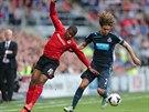 BALETKA? Fraizer Campbell (vlevo) z Cardiffu City se snaží v krkolomné pozici zabránit v postupu dopředu Fabriciovi Coloccinimu z Newcastle United.