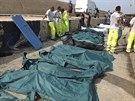 Těla uprchlíků shromážděná v lampeduském přístavu. (3. října 2013)